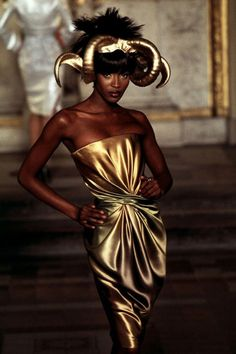 """ Naomi Campbell at Givenchy by Alexander McQueen Haute Couture Spring/Summer 1997 "" Gold Fashion, Fashion Week, High Fashion, Fashion Beauty, 70s Fashion, London Fashion, Daily Fashion, Street Fashion, Fashion Models"
