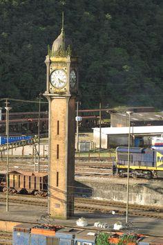 Surgiu como centro de controle operacional e residência para os funcionários da companhia inglesa de trens São Paulo Railway, companhia esta que operava a estrada de ferro que realizava o transporte de cargas e pessoas do interior paulista para o porto de Santos e vice-versa.
