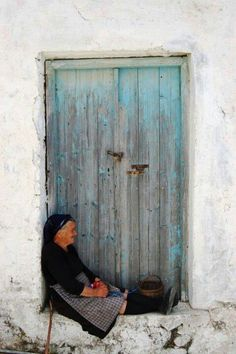 Blue door almost no collor left and a old lady - beautiful photo Old Doors, Windows And Doors, Greece Today, Rustic Doors, People Of The World, Greece Travel, Door Knobs, Old Women, Old Things