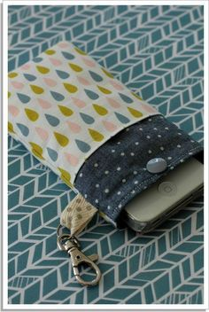 Couture | Abracadacraft, Des idées pour aujourd'hui et pour deux mains Pochette Portable Couture, Sewing Online, Couture Sewing, Fitness Gifts, How To Better Yourself, Small Bags, Bag Making, Diy And Crafts, Sewing Projects