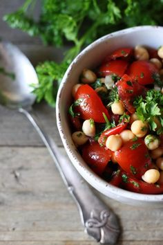 En god fyldig kikærtesalat med masser af grøntsager. Kan spises som tilbehør til kød eller alene med godt brød. Find den nemme kikærte opskrift på louiogbearnaisen