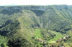 Down from the limestone plateau, the river Vis falls forming waterfalls in le cirque de Navacelles. The canyon widenes and offers a breathtaking panorama. The gorges are then one behind the other from the limestone plateaus of Larzac and Blandas.
