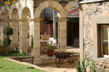 A stone courtyard demonstrates effective use of stone arches and columns so prevalent in Tuscan architecture.
