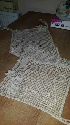 This Pin was discovered by rey Filet Crochet, Irish Crochet, Crochet Doilies, Crochet Flowers, Crochet Lace, Crochet Stocking, Basic Embroidery Stitches, Pin Cushions, Projects To Try