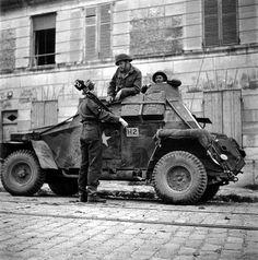 Le lieutenant G. Cooper, cameraman du Canadian Army Photo and Film Unit, rencontre son beau-frère, le capitaine R. Miller d'Ottawa. Photo prise le 11 juillet, rue du Général Moulin à La Maladrerie (100 m plus haut à gauche l'entrée de la prison Beaulieu)