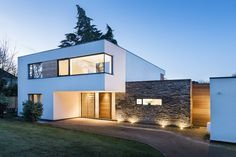 modern house white and oak wood exterior Morden House, Modern Architects, Local Architects, House On The Rock, Modern Farmhouse Exterior, Modern Buildings, Contemporary Buildings, Architecture Details, Building Architecture