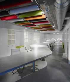 Díaz y Díaz Arquitectos. Coworking Papagayo. A Coruña. Work space. Interior design. Open office space. Concrete floor. Color ceiling. Table. Architecture