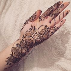 Wanted to do something simple today and I did ! I mean I wanted to add to it, but my cone decided to mess up & I… Palm Henna Designs, Finger Henna Designs, Mehndi Designs 2018, Modern Mehndi Designs, Mehndi Designs For Girls, Mehndi Design Pictures, Mehndi Designs For Fingers, Beautiful Mehndi Design, Henna Tattoo Designs