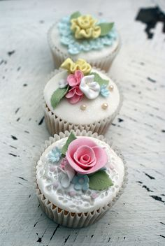 Shabby chic trio of cupcakes Shabby Chic Cupcakes, Floral Cupcakes, Fancy Cupcakes, Pretty Cupcakes, Beautiful Cupcakes, Gorgeous Cakes, Wedding Cupcakes, Decorated Cupcakes, Elegant Cupcakes