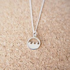Abeautiful and delicate double wave necklace to keep youconnected to the the ocean. Material: 100% sterling silver 925 Size: chain 46cm Charm: 1cm diameter