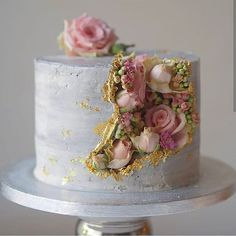 PSA: Major spillage of blooms ahead! This time coming from inside a gold flecked - PSA: Major spillage of blooms ahead! This time coming from inside a gold flecked… – - Gorgeous Cakes, Pretty Cakes, Cute Cakes, Amazing Cakes, Bolo Geode, Geode Cake, Decoration Patisserie, Cake Decorating Techniques, Floral Cake