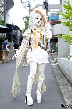 Shironuri artist Minori on the street in Harajuku w/ corset top, flower-&-lace covered straw hat, vintage/remake fashion & platform boots. Our previous video interview with Minori is here.