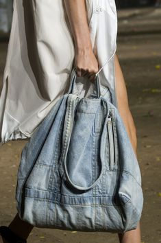 Spring 2017 Bag Trends From Runway - Best Spring and Summer Handbags The Phillip Lim runway introduced us to this revamped version of the knapsack in all denim. Phillip Lim at New York Fashion Week Spring 2017 - Details Runway Photos Discover recipes, hom Denim Tote Bags, Denim Purse, Denim Backpack, Diy Jeans, Phillip Lim, Bags 2017 Trends, Mochila Jeans, Jean Délavé, Jean Bag