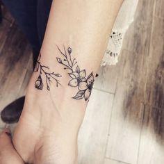 rose vine tattoos for women – rose vine tattoo ; rose vine tattoo back ; rose vine tattoos for women Rose Vine Tattoos, Flower Wrist Tattoos, Small Wrist Tattoos, Tattoo Small, Vine Foot Tattoos, Pretty Flower Tattoos, Bracelet Tattoos For Women, Wrist Bracelet Tattoo, Flower Bracelet