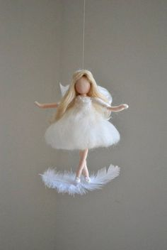 Hada blanca Felted muñeca lana ornamento: Hadas en la pluma White fairy Felted doll wool ornament: Fairies in the feather DIY Wool Dolls, Felt Dolls, Wet Felting, Needle Felting, Felt Fairy, Doll Tutorial, Flower Fairies, Waldorf Dolls, Fairy Dolls
