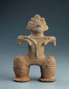 """Mujer japonesa periodo Estatuilla de Jomon (c. 10,500-300 aC) c.  1000-200 aC al horno de arcilla bajo 7 15/16 x 5 1/8 x 2 3/8 pulg. (20,1 x 13 x 6 cm) AP 1.971,15 estos momentos no va VISTA Jomon, que significa """"cordón-marcada,"""" se refiere a la impresiones ..."""