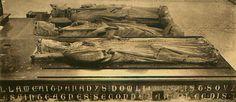 Basilique de Saint-Denis : tombeau de Philippe IV le Bel (+1324) , Philippe III Hardi (+ 1285) qui ramena de Tunis les restes de son père, saint Louis; et son épouse Isabelle d'Aragon, morte en Calabre au retour de Tunis, en 1271.