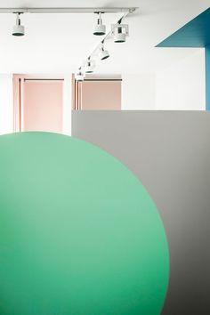 Яркие детали и простые формы в концепции интерьера магазина The Pelican Studio