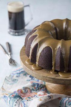 Guinness cake con glassa al caramello salato, elegante e saporita