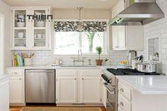 Tủ bếp gỗ xoan đào phủ sơn trắng