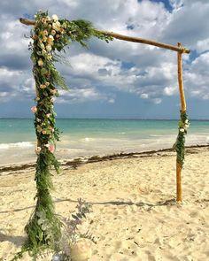 CBG206 weddings Riviera Maya arch with light pink and greenery flowers / arco con decoración de rosa claro y follajes