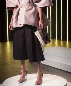 Inspirado por la estética de este par de zapatos de @stevemaddenmx #JesusDeLaGarsa logró transportar la fuerza y el poder cautivante del modelo a su diseño. #stevemadden #Mxdiseña #ElleMx  via ELLE MEXICO MAGAZINE OFFICIAL INSTAGRAM - Fashion Campaigns  Haute Couture  Advertising  Editorial Photography  Magazine Cover Designs  Supermodels  Runway Models