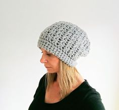 This easy to crochet beanie uses a mix of double crochet and single crochet stitches. The embedded photo tutorial is useful for beginners who may be unsure how and where to create stitch patterns Crochet Round, Free Crochet, Crochet Hats, Double Crochet, Crochet Clothes, Quick Crochet, Chunky Crochet, Crochet Scarves, Crochet Dolls