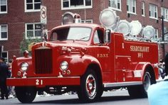 1959 Mack FDNY Searchlight Truck..... A very eye-catching piece of apparatus: nice design and straightforward functionality ( Mack gave us a lot of remarkable fire trucks along the years...). Some other FDs ordered similar rigs, back in the 50s and 60s, but im my opinion none as beautiful as this one. There were two of these in NYC: trucks 21 and 22. Fortunately Searchlight#1 was preserved, being one of the lead pieces on display at the FDNY Museum (downtown Manhattan, Hudson District)
