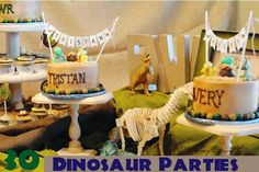 These cute cakes are topped with adorable dinosaur flags.