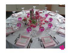 Varios arreglos de flores en las mesas de la boda