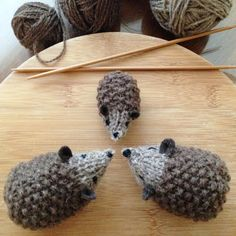 Hans The Hedgehog (Large 9cm and Small 6cm) Free Knitting Pattern http://webloomhere.blogspot.fr/2013/11/hans-my-hedghog.html