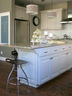 Découvrez les étapes à suivre pas-à-pas pour peindre votre îlot de cuisine. Voici ce dont vous aurez besoin Du ruban de peintre Du papier de masquage Une tube de mastic Un pistolet à mastic Du mast…