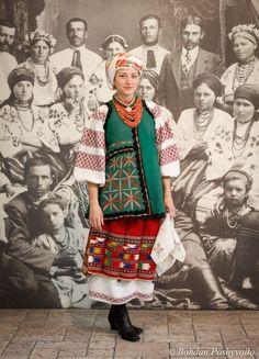 Видиво екскурс в історію українського традиційного вбрання та майстер-клас з його одягання. Почнемо з Північної Київщини. Основні елементи вбрання жінок цього регіону: сорочка, плахта, запаска, пояс, керсетка, очіпок, хустка, намисто, дукач, черевики. У відео покажуть, як це все правильно на себе одягти і припасувати.