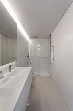 Contemporary House Designed by the Spanish Firm Fran Silvestre Arquitectos Spanish Bathroom, Modern Bathroom, Small Bathroom, Diy Bathroom Remodel, Bathroom Renos, Bad Inspiration, Bathroom Inspiration, Fran Silvestre, Interior Minimalista