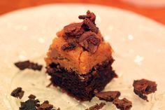 Brownie med kaktopping I helgen testade vi ett riktigt smaskigt amerikanskt recept på brownies som toppas med en härlig kakdegssmet och strösslas med chokladkakssmulor!