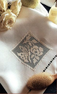 sfilato siciliano immagini - Cerca con Google Filet Crochet, Crochet Lace, Drawn Thread, Embroidery Needles, Needle Lace, Embroidered Flowers, Projects To Try, Crochet Patterns, Stitch