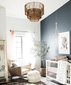 helles, geschlechtsneutrales Kinderzimmer mit dunklem Akzentwand und Boho-Stil bright, gender-neutral nursery with dark accent wall and boho style, accent wall Dark Accent Walls, Accent Wall Colors, Blue Walls, Nursery Design, Nursery Layout, Design Bedroom, Nursery Inspiration, Baby Room Decor, Baby Nursery Themes