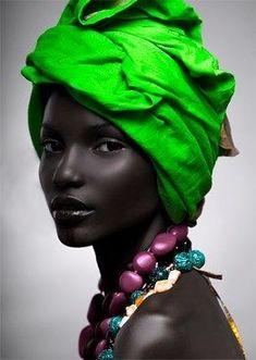 From African Fashion #headwrap  ça fait vraiment très beau,  ce foulard vert vif sur une femme aussi noire. Magnifique modèle.