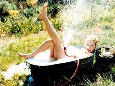Kate Hudson tubbing