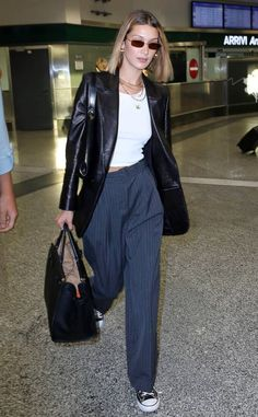 Bella Hadid in Travel Outfit - Arriving in Milan Bella Hadid Style, Outfits, Clothes and Latest Photos. Look Fashion, Star Fashion, 90s Fashion, Fashion Outfits, Fashion Trends, Gigi Hadid Fashion, Tokyo Fashion, Petite Fashion, Fashion Weeks