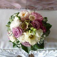 Esküvői asztaldísz mályva színű rózsával