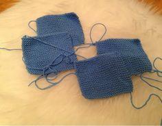 STRIKKEKOS: Oppskrift på Babysko Baby Booties Knitting Pattern, Crochet Baby Booties, Crochet Shoes, Baby Knitting Patterns, Baby Patterns, Doll Patterns, Knitting Socks, Baby Sewing Projects, Knit Jacket