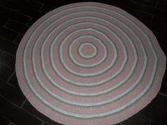 Tapete confeccionado à mão, tradicional técnica do crochê. <br>Sofisticação e aconchegante , valorizando ainda mais a decoração que você preparou para o quarto da sua bebe <br>.o material usado na produção é barbante de algodão, que facilita a lavagem constante da peça. Cores:rosa claro e branco. e chocolate <br>Pode ser encomendado em outras cores e tamanhos