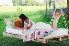 suspended bed made of palettes