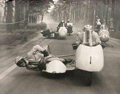 Vintage side car road race action, wheels, fart over feltet, speed, photo, black and white, vintage