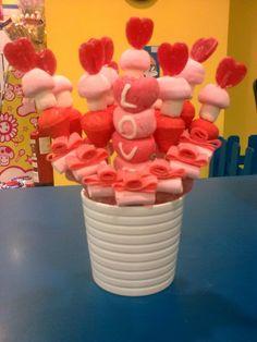 Maceta con brochetas de golosinas de corazones, nubes y fresas. Ideal para San Valentín, bodas o como gesto de amor a tu pareja. Creado por la tienda Dulce Diseño Algeciras, Cádiz.