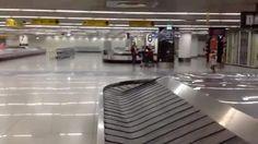Scandalo all'aeroporto di Lisbona: alla tv del ritiro bagagli c'è un porno