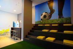 Os moradores do Absoluto Mooca podem assistir futebol no próprio condomínio, na Sala Stadium com arquibancada e telão, integrada a um barzinho!
