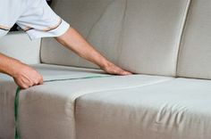 A leitora Dulce Ayabe sugeriu e a revista MINHA CASA resolveu ensinar a confeccionar uma capa de sofá. Para realizar o passo a passo, é necessário linha de algodão, tesoura, fita métrica e tecido.…