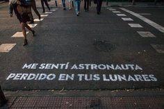 Me sentí astronauta perdido en tus lunares.